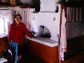 Верхний Уймон. Музей сарообрядчества. Экскурсовод Р.П.Кучуганова в горнице музея